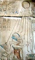Akhenaten en Nefertiti onder Aten.