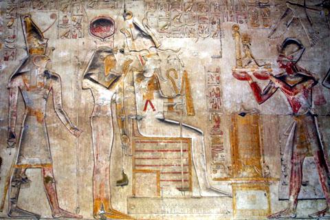 Asar zittend op de Troon.