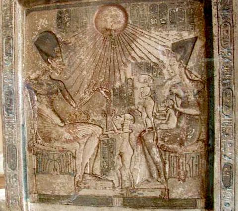 Akhenaten met Nefertiti en kinderen onder Aten.