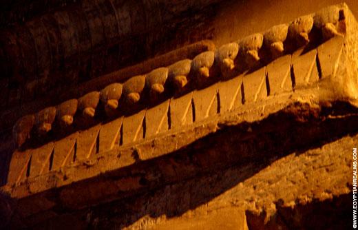 Cobraslangen boven een portaal in de Luxor Tempel.
