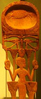 HHouten voorwerp voorzien van een dame tussen Lotus en Papyrus planten.