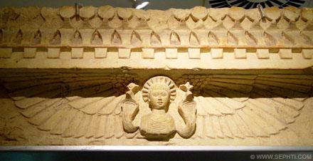 Helios met vleugels en cobra slangen.