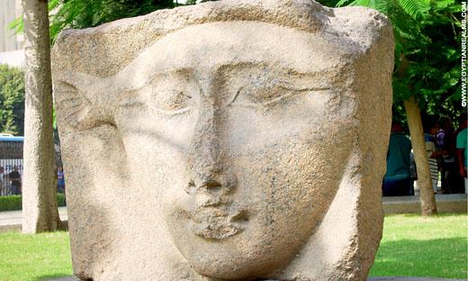 Fragment van een pilaar met Het-Heru.