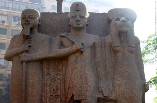 Beeld van Ptah, Farao en Sakhmet.