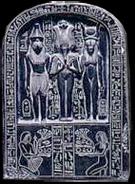 Offersteen met relief van Horus, Osirus en Hathor.