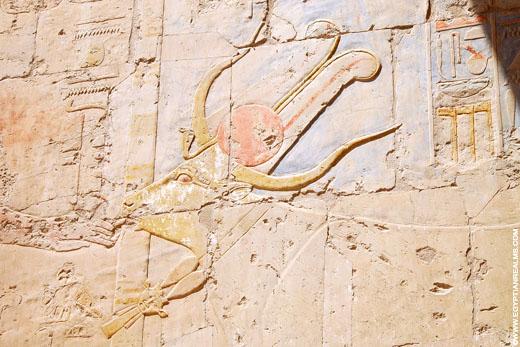 De Koe Mehuret afgebeeld op een muur.