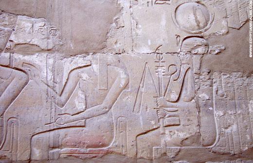 Khonsu afgebeeld op een muur in de Karnak Tempel.