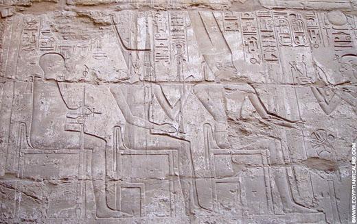 Ptah afgebeeld op een muur in de Karnak Tempel.