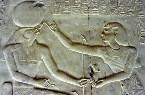 Ra zittend op de Troon met Ankh in de hand.