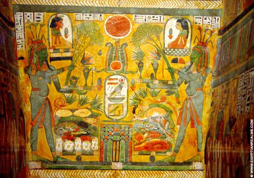 Beschildering op de binnenzijde van een sarcofaagkist.