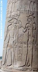 Relief op een pilaar van de Kom-Ombo tempel.