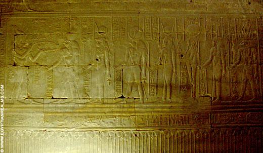 Relief op een muur in de Edfu-Tempel in Egypte.