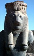 Beeld van leeuwin Sakhmet.