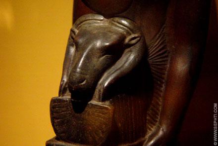 Beeld met embleem van Amun.