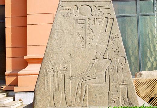 Voorstelling op de top van een obelisk.