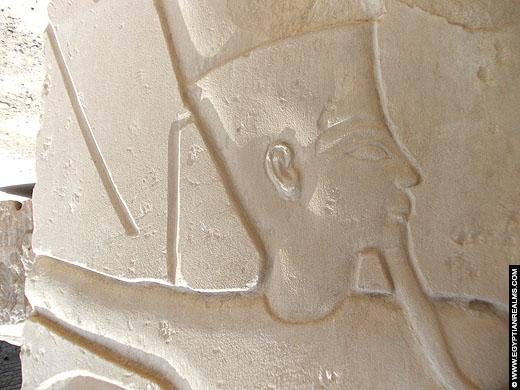 Relief van Amun op een fragment bij de Karnak Tempel.