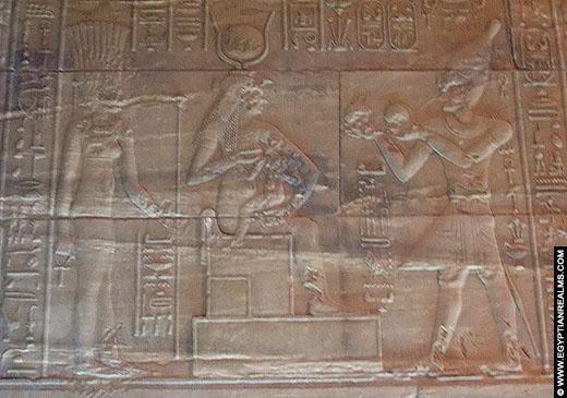 Ankhet afgebeeld op een muur van de Philae Tempel.
