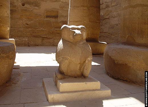 Beeld van een mantelbaviaan in de Karnak Tempel.