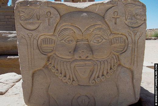 Relief van Bes op een steen bij de Philae Tempel.