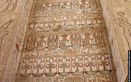 Relief op de binnenzijde van een poort van de Karnak Tempel.