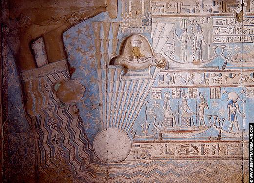 Hathor afgebeeld op het plafond van de Dendera Tempel.