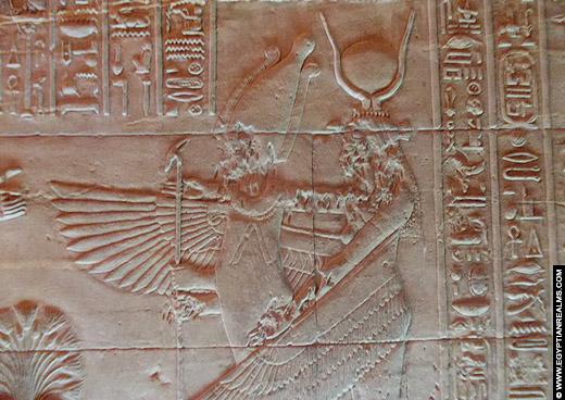Relief van Isis en Osiris op een muur van de Abydos Tempel.