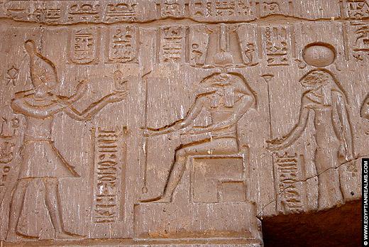 Relief van leeuwin Menhit op de Esna Tempel.