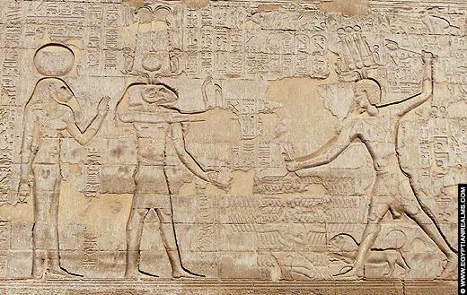 Relief van leeuwin Menhit met de ram Khnum op de Esna Tempel.