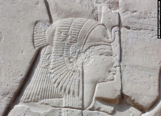 Relief van Mut op een muur van de Karnak Tempel.