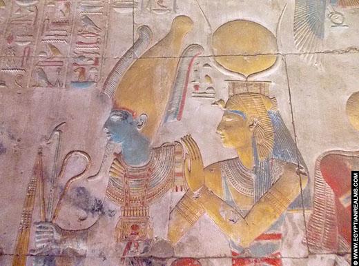 Reliëf van Osiris en Isis in de Abydos tempel.