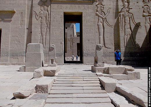 Beelden van de leeuw voor de Philae Tempel.