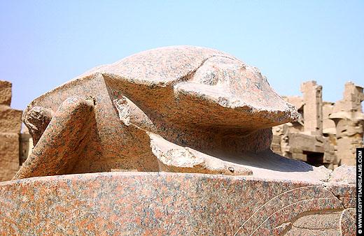 Groot beeld van een scarabee in de Karnak Tempel.