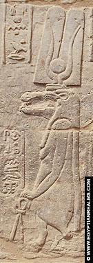 Relief van Thiouis op een muur van de Al-Tud Tempel.