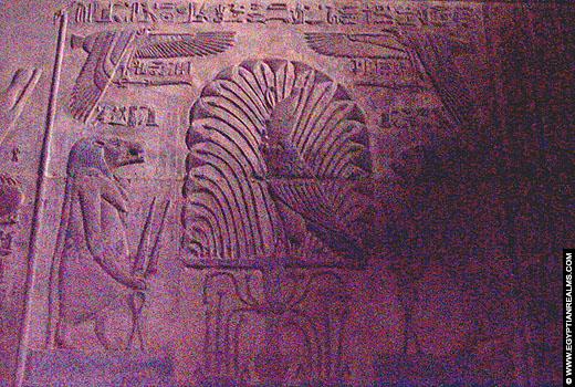 Relief van Thiouis op een muur van de Karnak Tempel.