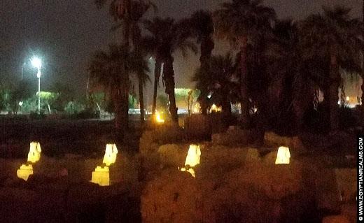 Avenue of the Sphinxes in Luxor bij avond.