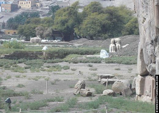 Beeld op het terrein van de dodentempel van Amenhotep III.