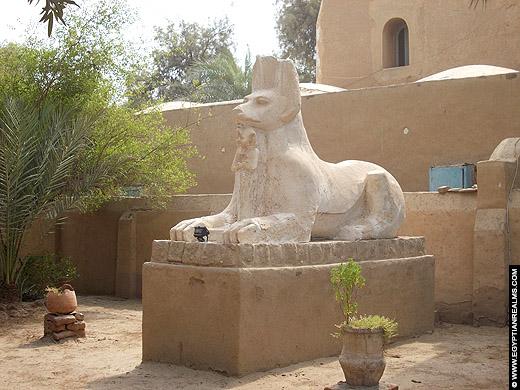 Beeld van Upuaut op de westbank van Luxor.