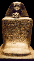Egyptisch kubus beeld.