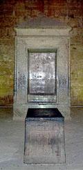 Altaar met schrijn in het heiligdom.