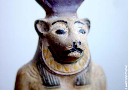 Sculptuur van leeuwin Sakhmet met Zonschijf.