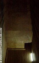 Kamer met doorgang in de piramide van Dahshur in Egypte.