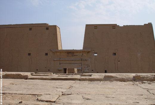 Zicht vanaf het dak van de Edfu Tempel.