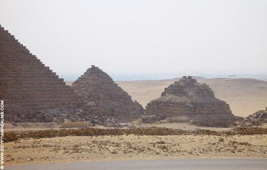 Kleine piramides naast de piramide van Menkaure.