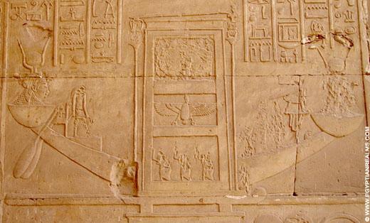 Relief van de bark van Horus op een muur van de Edfu Tempel.