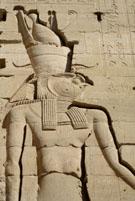 Heru afgebeeld op de Tempel van Philae.