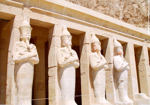 Beelden van Pharaoh voor de Tempel van Hatjepsut.