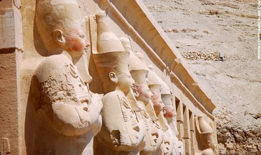 Beelden van Pharaoh voor de Tempel.