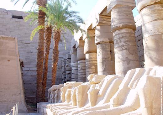Beelden van de Ram in de Karnak Tempel.