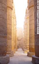 Gallerij met pilaren in de Karnak Tempel.