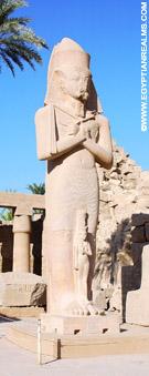 Opgericht beeld bij de Karnak Tempel.